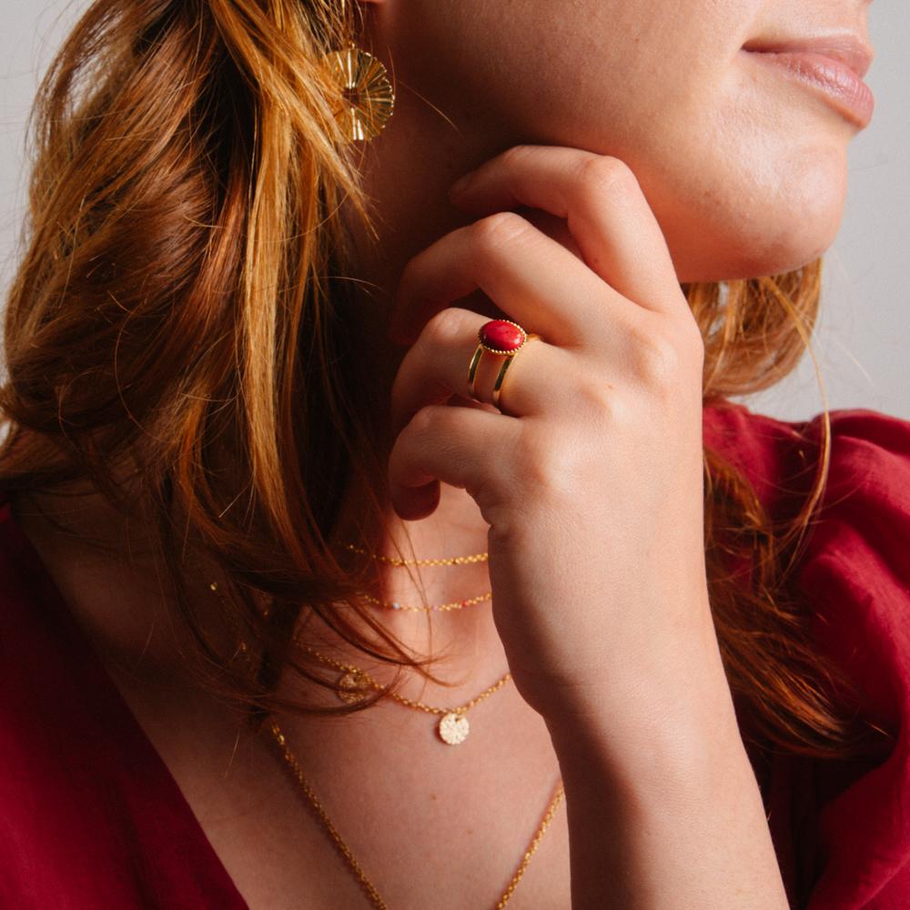bague plaqué or denise rouge, jade rouge porter par une femme