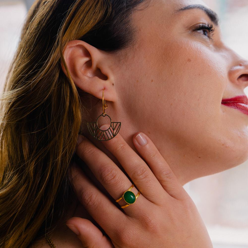 boucle d'oreille acier inoxydable doré eve en forme de rond et d'éventail portée par unne femme
