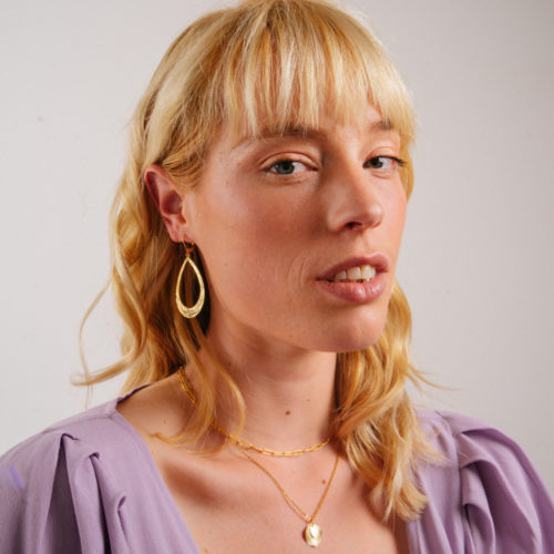 boucle d'oreille plaqué or marion en forme de goute portée par une femme