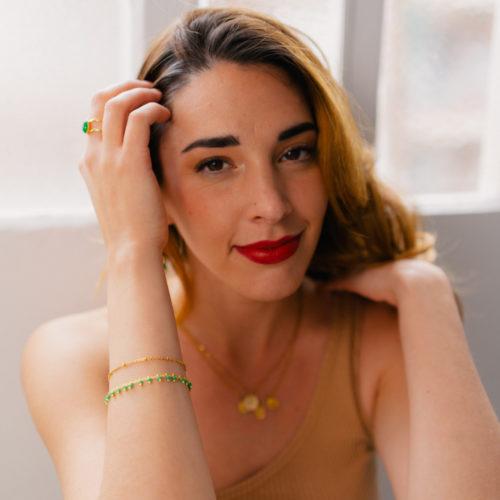 bracelet double chaine en acier inoxydable doré vert portée par une femme