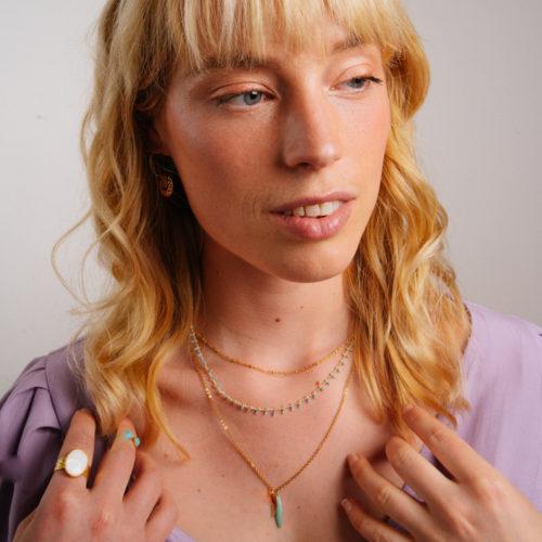 collier double chaine en acier inoxydable or bleu porter par une femme