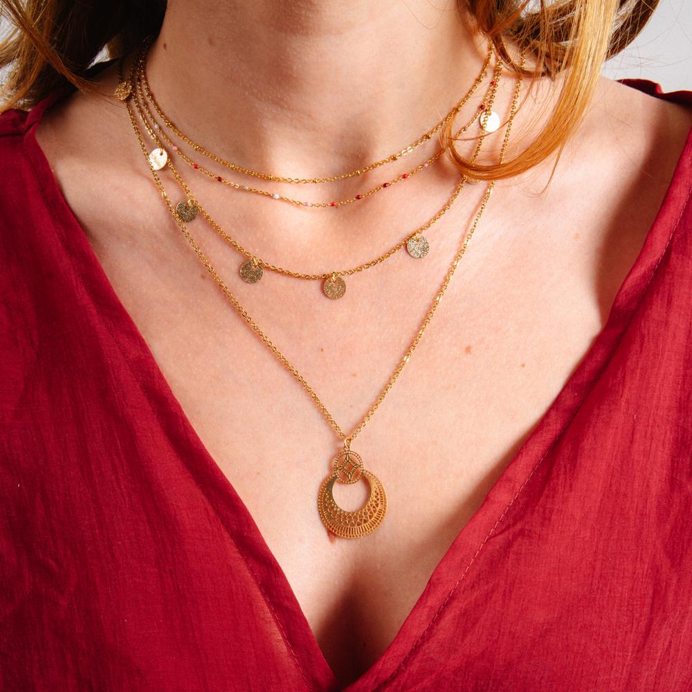 collier plaqué or en forme de rond porter, chaine avec medaillons, double chainepar une femme