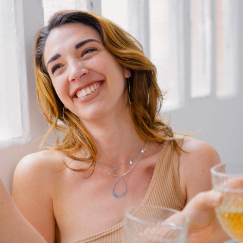 collier plaqué argent marion en forme de goute portée par une femme